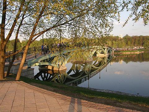 Мост через пруд, ведущий к цветомузыкальному фонтану