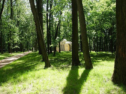 Парк, в отдалении павильон «Нерастанкино»