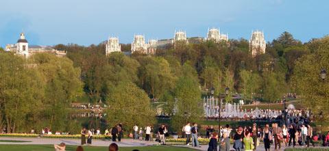 Вид на дворцовый комплекс от входа в усадьбу