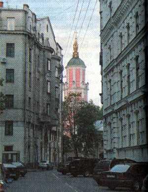 Кривоколенный переулок. Слева — Доходный дом М.А. Лунц, справа — фабрика фармацевтической фирмы «В.К. Феррейн». В глубине — «Меньшикова башня» (церковь св. Архангела Гавриила в Архангельском переулке)